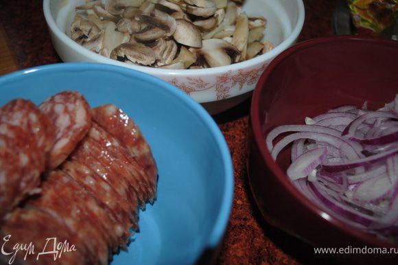 отдельно нарезать нначинку, это может быть и мясо, колбаса, сыр, лук, грибы, все что вы захотите