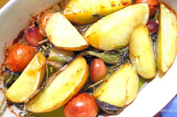 """В огнеупорную форму наливаем масло или жир слоем не менее пары сантиметров, чтобы картофель наполовину """"утопал"""" в нем. Добавляем луковички, чеснок, шалфей и розмарин, присолить немного. Если используете жир от утки конфи с солью будьте осторожны, так как при запекании соль из утки переходит отчасти в жир. Запекать полчаса при температуре 150 градусов. Каким же ароматным получается картофель, каким невероятно вкусным оказались лук и шалфей!"""