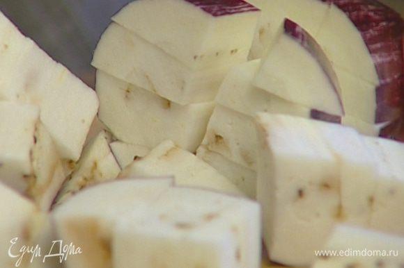 Баклажаны нарезать крупными кубиками, выложить в дуршлаг, посыпать двумя щепотками крупной соли и дать постоять, чтобы вышла горечь.