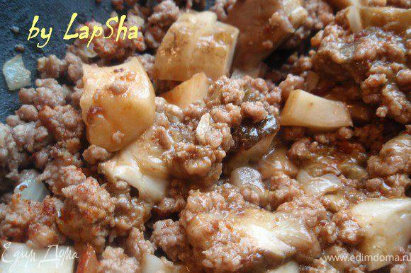 Добавить нарезанные грибы и оставить под крышкой на небольшом огне на 15-20 минут.