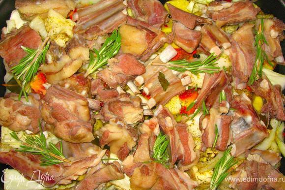 Вытащить баранину шумовкой из кастрюли и разложить поверх овощей. Добавить 2-3 веточки свежего розмарина и 500 мл бульона, оставшегося в кастрюле.