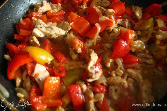 Затем добавить перец, убавить огонь до среднего и тушить под крышкой 10 минут.Настала очередь помидор. Тушим еще 10 минут.