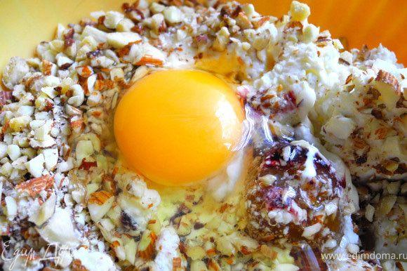 Смешать творог, сметану, яйцо, сахар, масло с орехами (орехи предварительно измельчить).