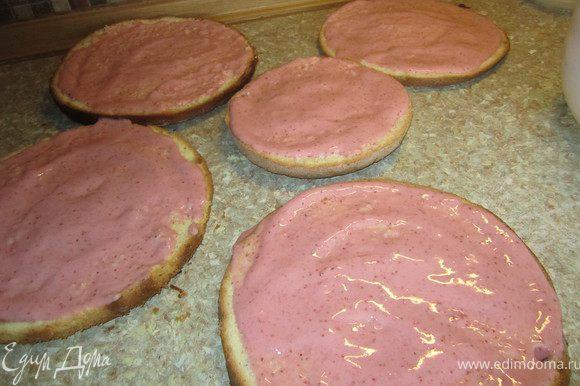 Приготовить клубничный мусс. Желатин залить кипятком (50 мл). Клубнику с сахаром взбить в блендере. Добавить желатин взбить. Мусс нанести на коржи.