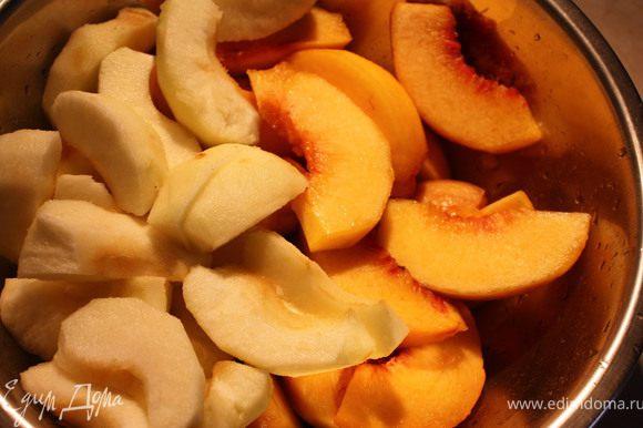 Приготовить начинку. Яблоки и персики очистить от кожуры и зерен. Порезать каждый плод на 6-8 крупных долек. Муку и сахар смешать и аккуратно соединить с фруктами.