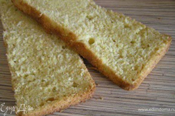 Разрезать бисквит по горизонтали на 2-3 части (у меня две)