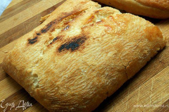 Чиабату нарезать вдоль на 2 части, смазать оливковым маслом и подсушить в духовке или на сковороде. На одну половину выложить овощи, несколько ломтиков бекона, руколу, полить получившимся соком. Накрыть второй половиной и подавать немедленно! Очень душевно!