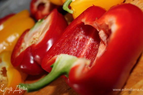 Нагреть духовку до 200 градусов. Перец вымыть, разрезать вдоль пополам, оставив плодоножки для красоты. Половинки перца смазать маслом, посолить.