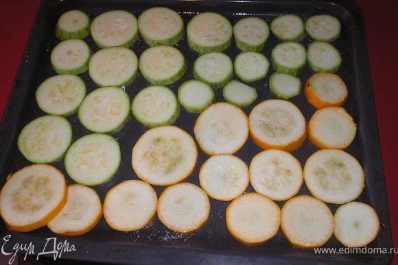 Баклажаны, цукини и кабачки режем кольцами(толщина приблизительно 7-8 мм), солим, смазываем кисточкой немного маслом.