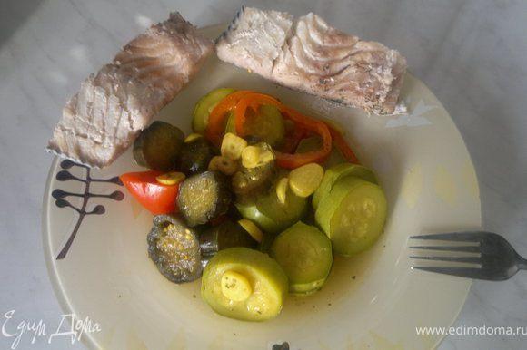 Обжариваем чеснок на оливковом масле, затем добавляем овощи,начала кабачок и баклажан потом перец, тушим добавляя специи и воду 10 минут. Нагреваем воду закладываем специи для бульона и после закипания варим рыбу 15-18 минут.