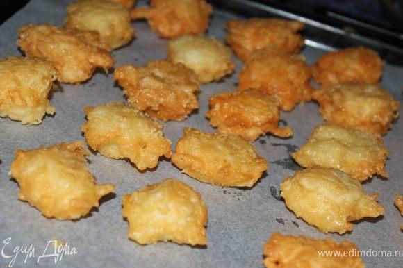 Выложить сырные шарики на противень и поставить на 5 минут в духовку.