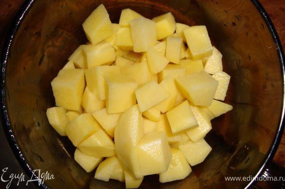 Через 5 минут положить капусту. Пока фасоль с капустой варятся (минут 5), режем картошку мелкими кубиками...