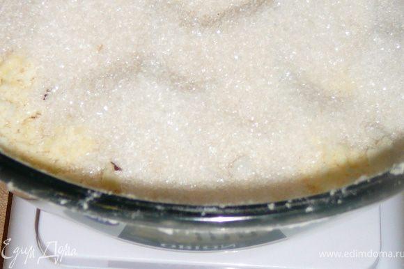 Добавить сахар и ванильный сахар,опять так же аккуратно,еле касаясь крошки кончиками пальцев.