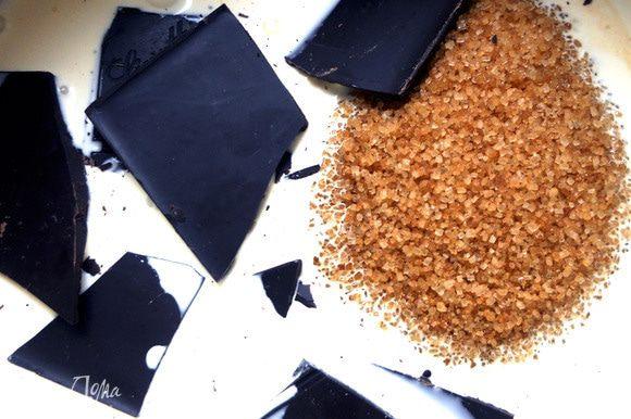 Сливки и сахар довести ко кипения, помешивая, снять с огня. Добавить шоколад, помешивать до его растворения.