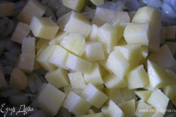 Добавить очишенный и нарезанный кусочками картофель, обжаривать 6 минут.