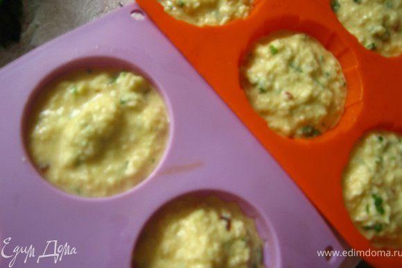 Разогреть духовку до 180 гр.Формочки для маффин смазать растительным маслом( силиконовые не надо) и заполнить тестом.