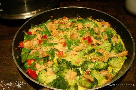 Распределяем по поверхности мелконарезанный копченый лосось и 1 ст.л. свежего укропа (петрушки) и ставим в духовку под гриль на несколько минут.Разрезаем и подаем сразу же, например с салатом.