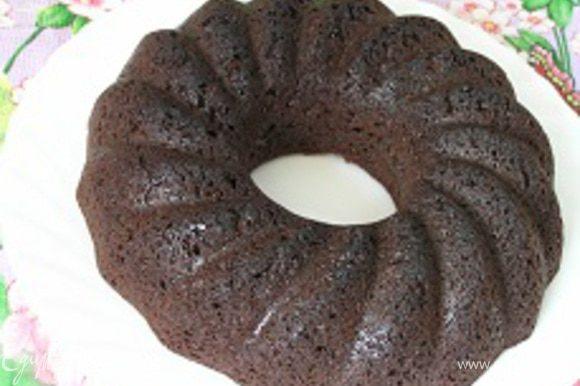 Аккуратно вынуть кекс из формы, перевернув на подготовленное блюдо.