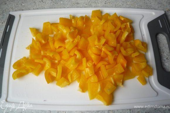 Перец помыть, разрезать на 4 части, удалить сердцевину и нарезать на небольшие кусочки.