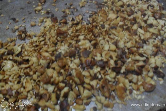 Орех измельчить, обжарить на сухой сковороде.