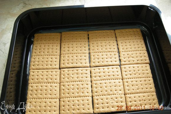 """В форму выложить слой печенья """"Грахамс"""" . У меня ушло 8 штучек."""