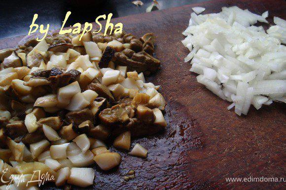 Предварительно отваренные грибы мелко нарезать. Половинку луковицы нашинковать.