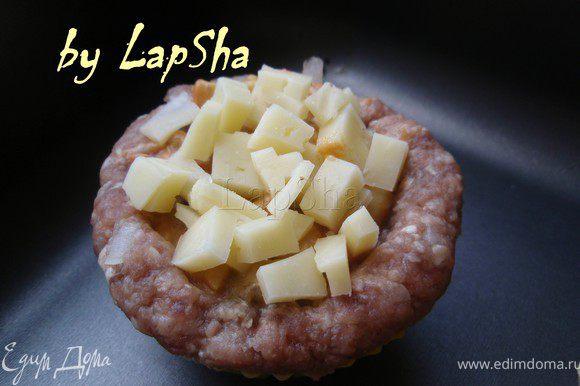 Посыпать сверху сыр. И поставить в духовку на 20-25 минут при температуре 200С