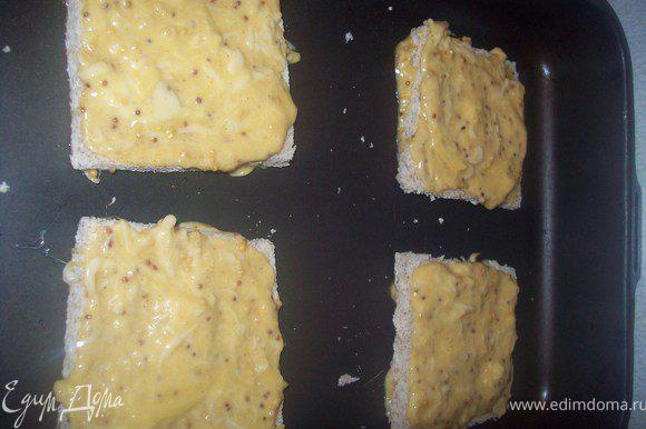 намазываем сырную смесь на хлеб.