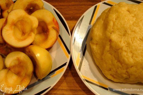Яблоки разрезать пополам,удалить косточки и при необходимости очистить и сбрызнуть лимонным соком или кальвадосом.