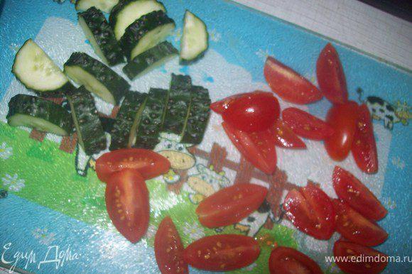 огурец помыть и нарезать на крупные ломтики, помидоры нарезать на четвертинки