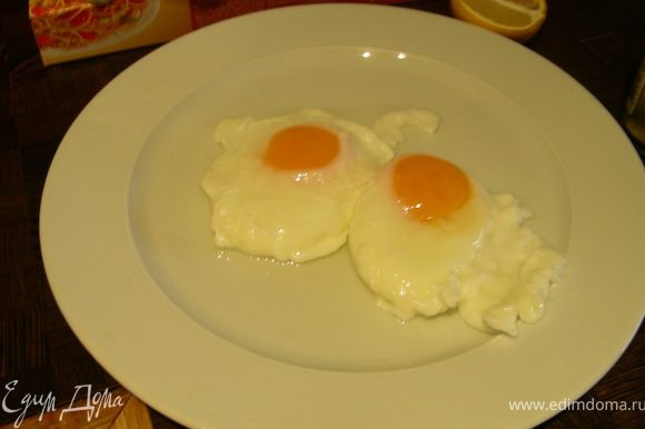 Теперь приготовим яйца-пашот. Готовить их можно по-разному, я последовала совету журнала и отлично получилось. В сковороде доводим воду до кипения и уменьшаем огонь (я влила немного винного уксуса), осторожно разбиваем в нее 2 яйца и готовим минуты 3, затем вынимаем шумовкой и сохраняем теплыми до подачи (накрыв, например, алюминиевой фольгой).