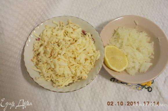 натереть на крупной колбасный сыр,лук мелко нарезать и взбрызнуть соком лимона