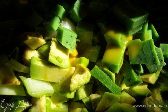 Смешать сыр капусту и авокадо. Заправить заправкой. Если нет такой смешайте немного медовой горчицы и ...йогурта ... оливкового масла (чего угодно).