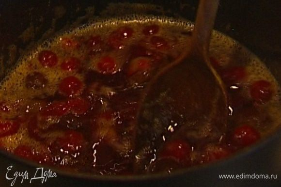 Приготовить клюквенный соус: в небольшую кастрюлю выложить размороженную клюкву, оставшийся сахар и каштаны, влить апельсиновый сок и 1 стакан воды, поместить на огонь и уваривать 10−15 минут.