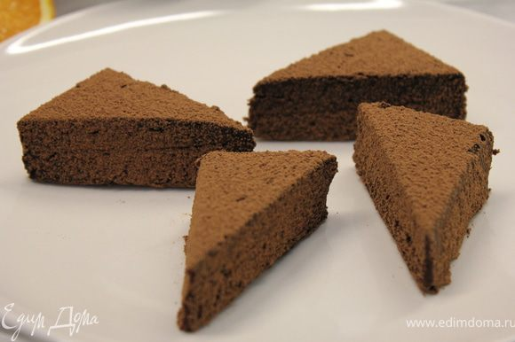 Разрезать заготовку на треуголники и выложить сверху цукаты. P.S.Для цукатов я нарезала апельсин на кубики и карамелизировала их на сковороде с сахаром.