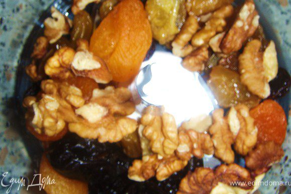 Сухофрукты и орехи измельчить. Я использовала грецкие орехи. Яблоко очистить от кожуры, натереть мелко.