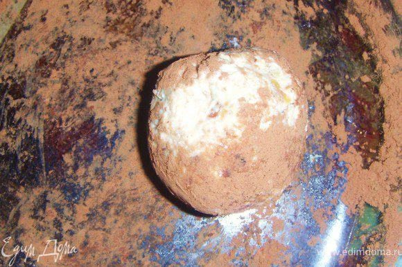Сформировать пироженки и обвалять их в какао.