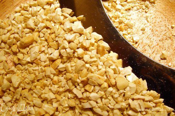 """Прежде, чем взбивать белки, нужно подготовить """"сухую"""" составляющую для коржей. Орехи кешью обжариваем на сухой сковороде до золотистого оттенка, рубим не слишком мелко."""