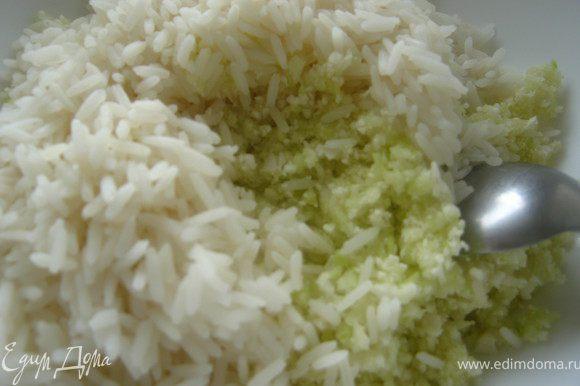 рис отварить до полуготовности и смешать с овощами.