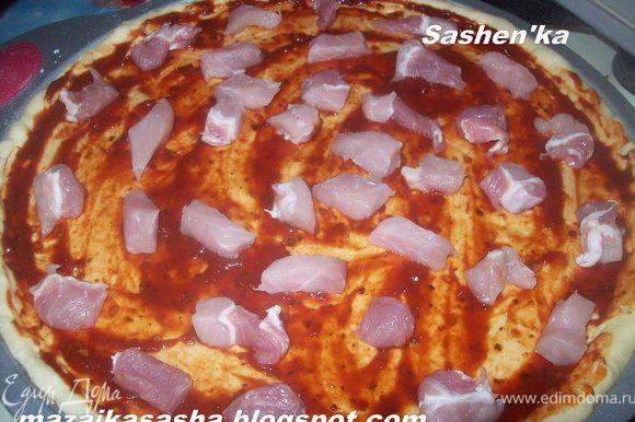 намажте своим любимым томатным соусом. нарежте свинину (не крупно и выложите на пиццу)... Прошу прощения за не подробные фото...голодная толпа наступала на пятки...