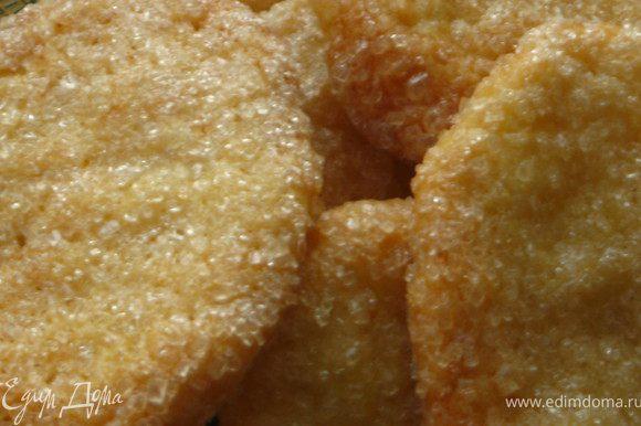 Печенье горячим снять с бумаги.Осторожно! очень хрупкое! Но после того как остынет, оно будет хрустящее, но не ломкое.