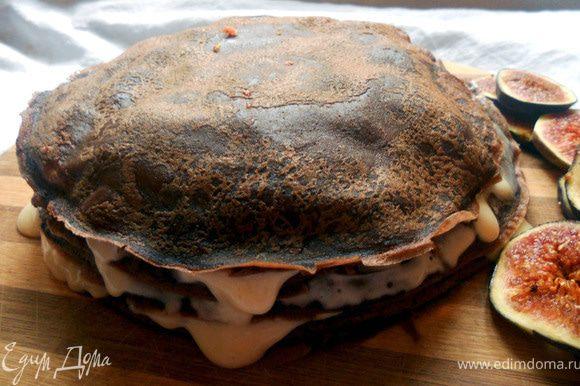 Сложно собрать ровный пирог, однако к этому можно приблизиться, использовав инжир разной толщины. Либо просто не обращать внимание на его неказистость:) Верхний слой слегка смазать медовым кремом, присыпать какао-порошком и отправить в холодильник часа на два!