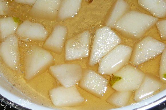 Приготовила сироп.Для этого сахар развела водой,грушу очистила нарезала на кубики,добавила ее к кипящему сиропу,так же в сироп влила немного белого вина,уварила немного сироп.Пропитала все коржи сиропом,кусочки грущи оставила для верхнего маленького бисквита.Берем форму в которой выпекался больший бисквит,бока формы покрыть пергаментом http://www.edimdoma.ru/recipes/28367 пошаговая фото №7.Уложить в нее одну половину большего бисквита,выложить на нее малину.
