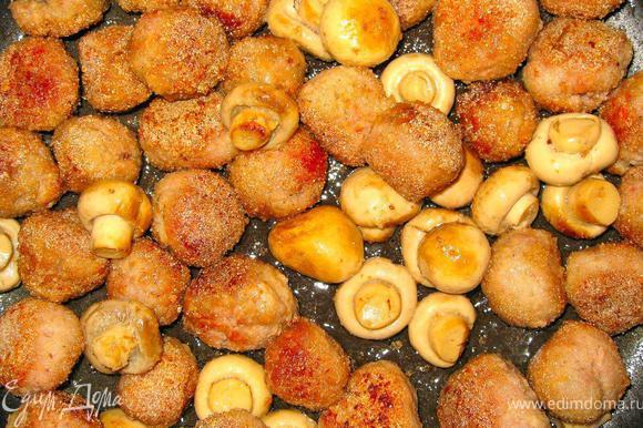 Пока наш пирог в духовке, делаем очень вкусные «фрик-лингвини». Филе индейки пару раз пропустить через мясорубку, добавить соль перец и яйцо. Вымесить фарш и скатать маленькие фрикадельки. Обвалять фрикадельки в паленте и обжарить на оливковом масле, на сильном огне, постоянно встряхивая сковородку, до золотистой корочки. Добавить цельные шампиньоны, убавить огонь до среднего и обжарить еще пару минут все вместе.