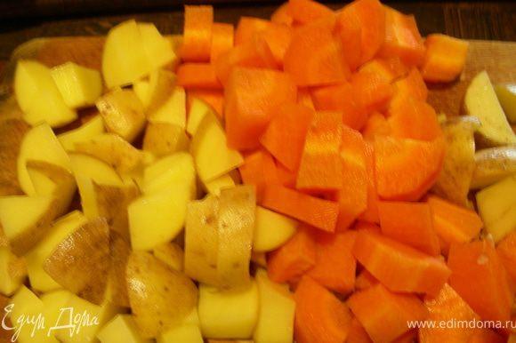 Нарезаем небольшими кубиками картошку и морковь и отправляем их в бульон. На этом этапе я временно достала из супа говядину.