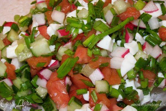 Смешиваем овощи с белком ,солим, перчим,