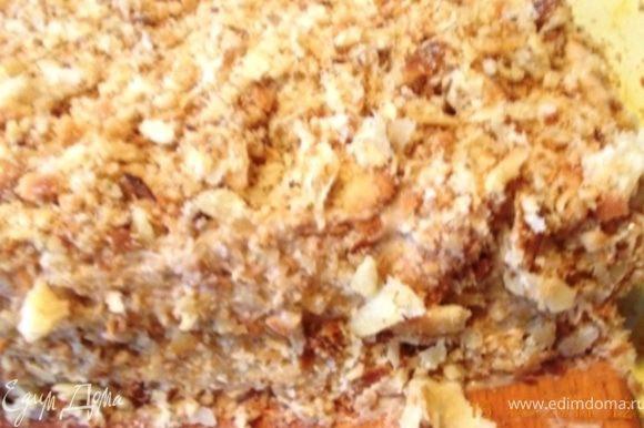 остывшие обрезки коржей разминаем в крошку руками, добавляем, отложенные орехи и посыпаем этой смесью верх и бока торта, убираем в холодильник на несколько часов, лучше на ночь