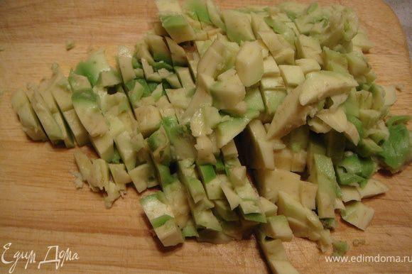 Авокадо разрезать на две половинки, вынуть косточку, с помощью столовой ложки аккуратно, чтобы не повредить кожицу, извлечь мякоть. Мякоть нарезать на мелкие кусочки.