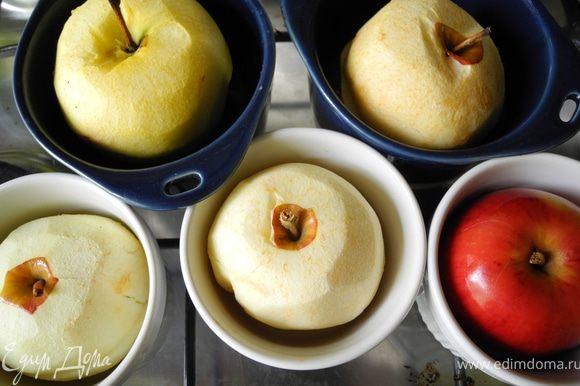 Положить яблоки на противень и запечь в течение 10 мин при температуре 180 градусов. Если яблоки не очень плотные можно эту стадию пропустить (Белоника рекомендовала запекать в течение 30 мин, но мои яблоки после этого рассыпались бы). И еще: я сразу поставила яблоки в формочки.