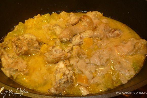 Разогреть духовку до 180 градусов. Положить куски курицы в жаропрочную форму, залить тыквенным соусом. Накрыть крышкой и запекать 35-40 мин. Переворачивая курицу 1-2 раза во время приготовления и бобавляя воды, если соус будет выкипать.